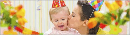 женщина целует ребёнка на празднике