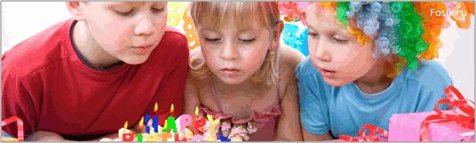 дети задувают свечки на торте