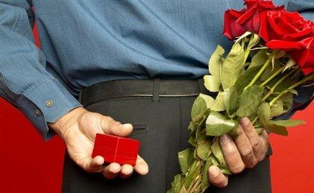 картинки как парень дарит девушке букеты